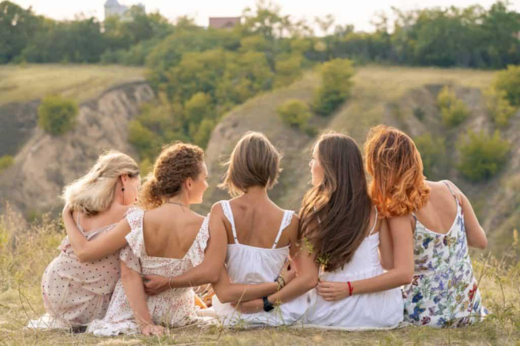 נשים מחזיקות ידיים בארגון שלמה